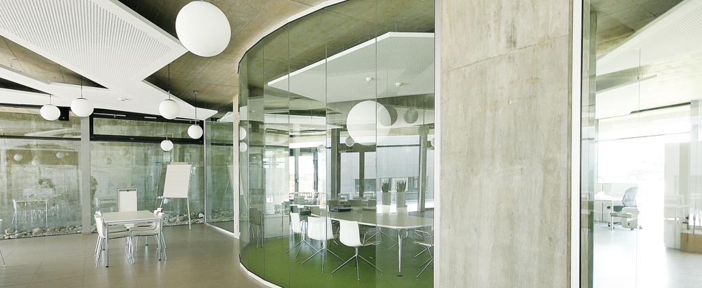 Bildausschnitt aus dem Inneren des Solera-Firmengebäudes: die Mensa und einen Besprechungsraum