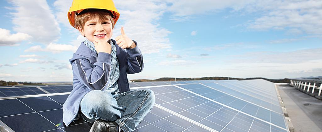 Flachdach-Photovoltaikanlage mit Kind, das den Daumen nach oben hält