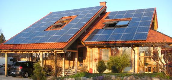 Aufdach Photovoltaik-Anlage Gesamtaufnahme Gebäudedach