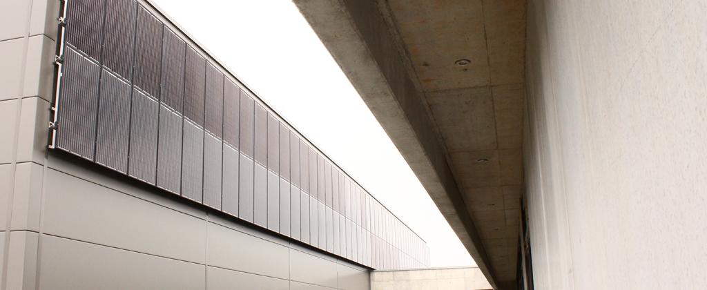 Fassaden Photovoltaik-Anlage am Solera Firmengebäude Nahaufnahme