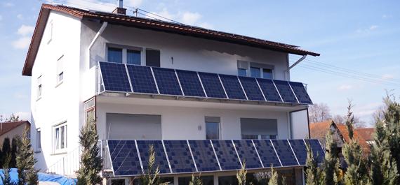 Fassaden Photovoltaik-Anlage an Balkonbrüstung