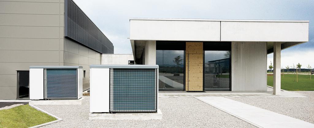 Luftwärmepumpen vor Solera Gebäude Frontal